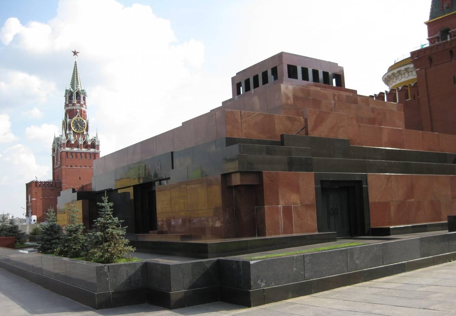 Мавзолей В. И. Ленина на фоне Спасской башни