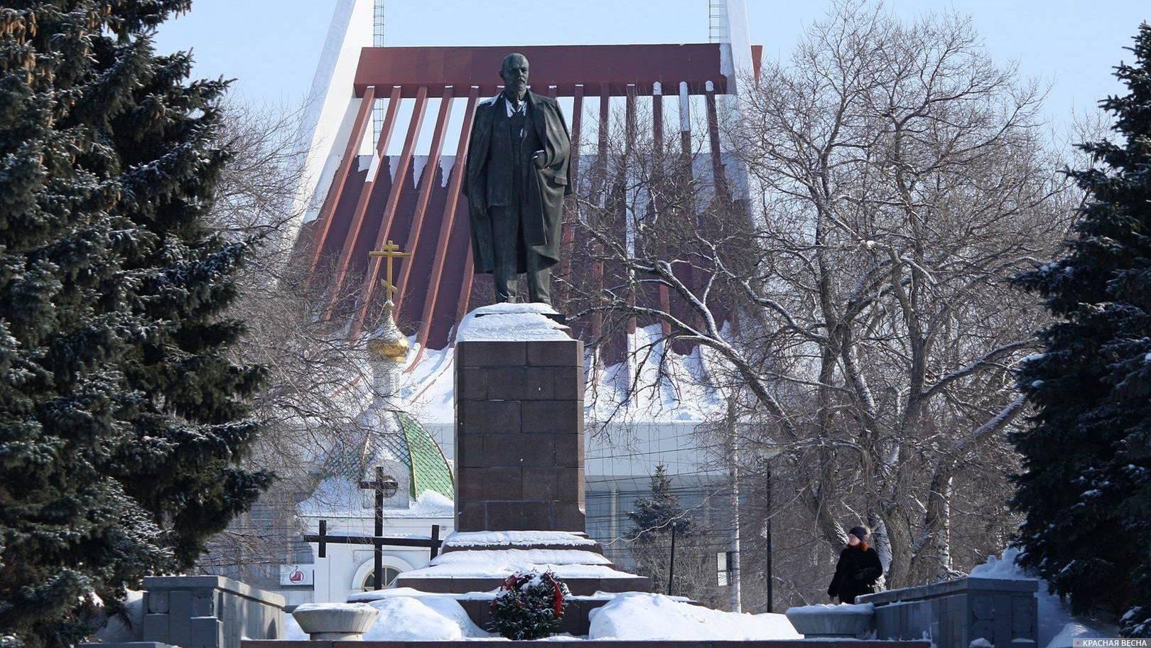 Памятник В.И. Ленину на фоне часовни Ильи Пророка. Омск