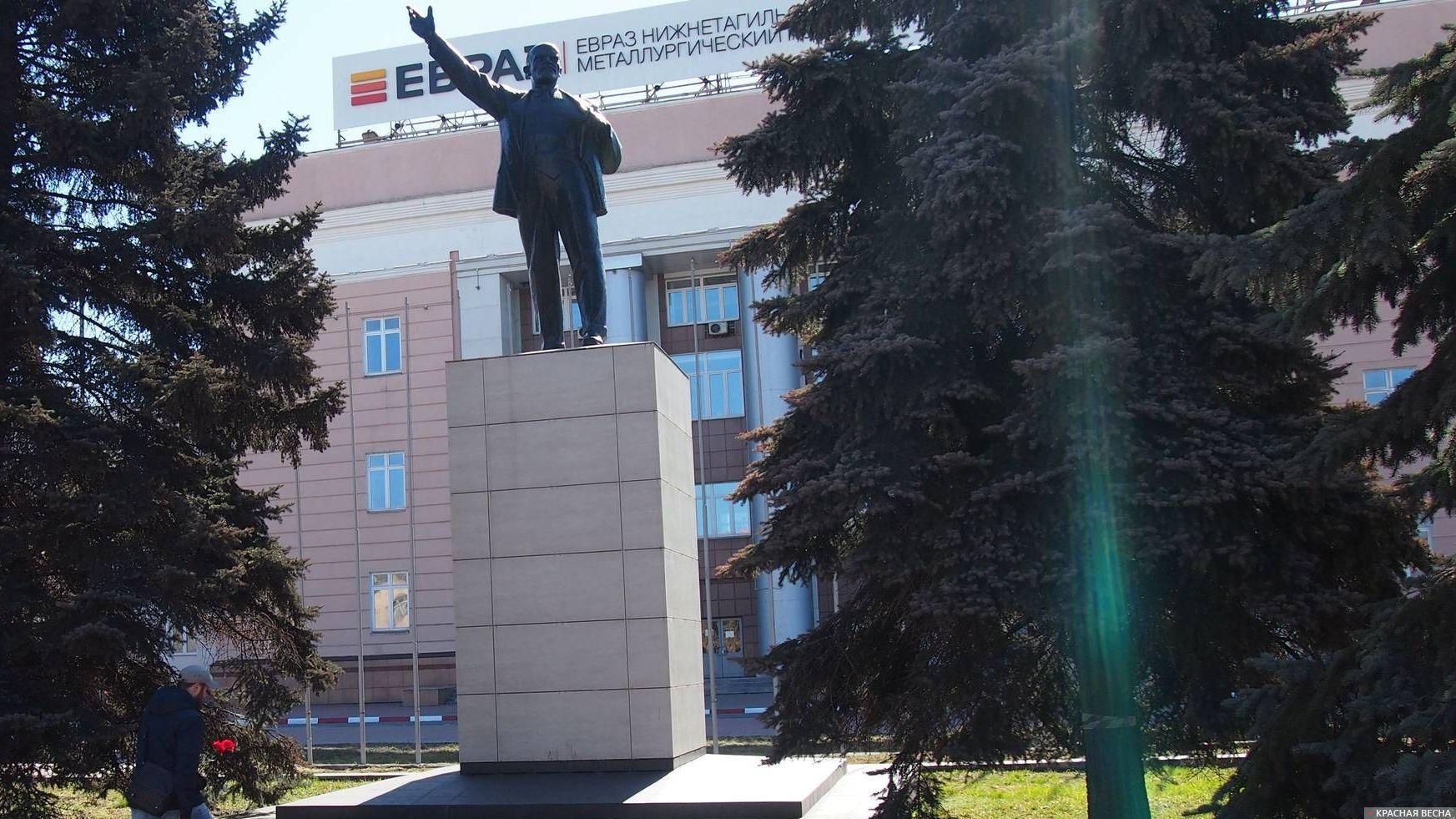 Памятник Ленину у проходной ЕВРАЗ НТМК. Нижний Тагил