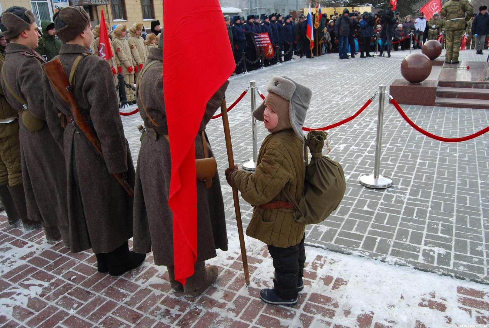 Митинг у стелы, посвященной «Трудовому подвигу ленинградцев, эвакуированных в Новосибирск в годы Великой Отечественной войны 1941–1943 гг». Новосибирск
