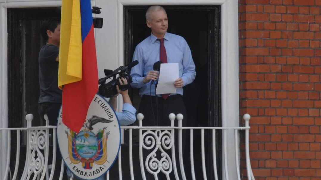 Джулиан Ассанж выступает с балкона эквадорского посольства