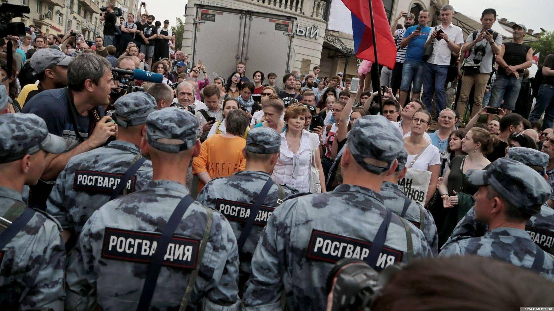 Росгвардия и протестующие  на марше в поддержку Ивана Голунова