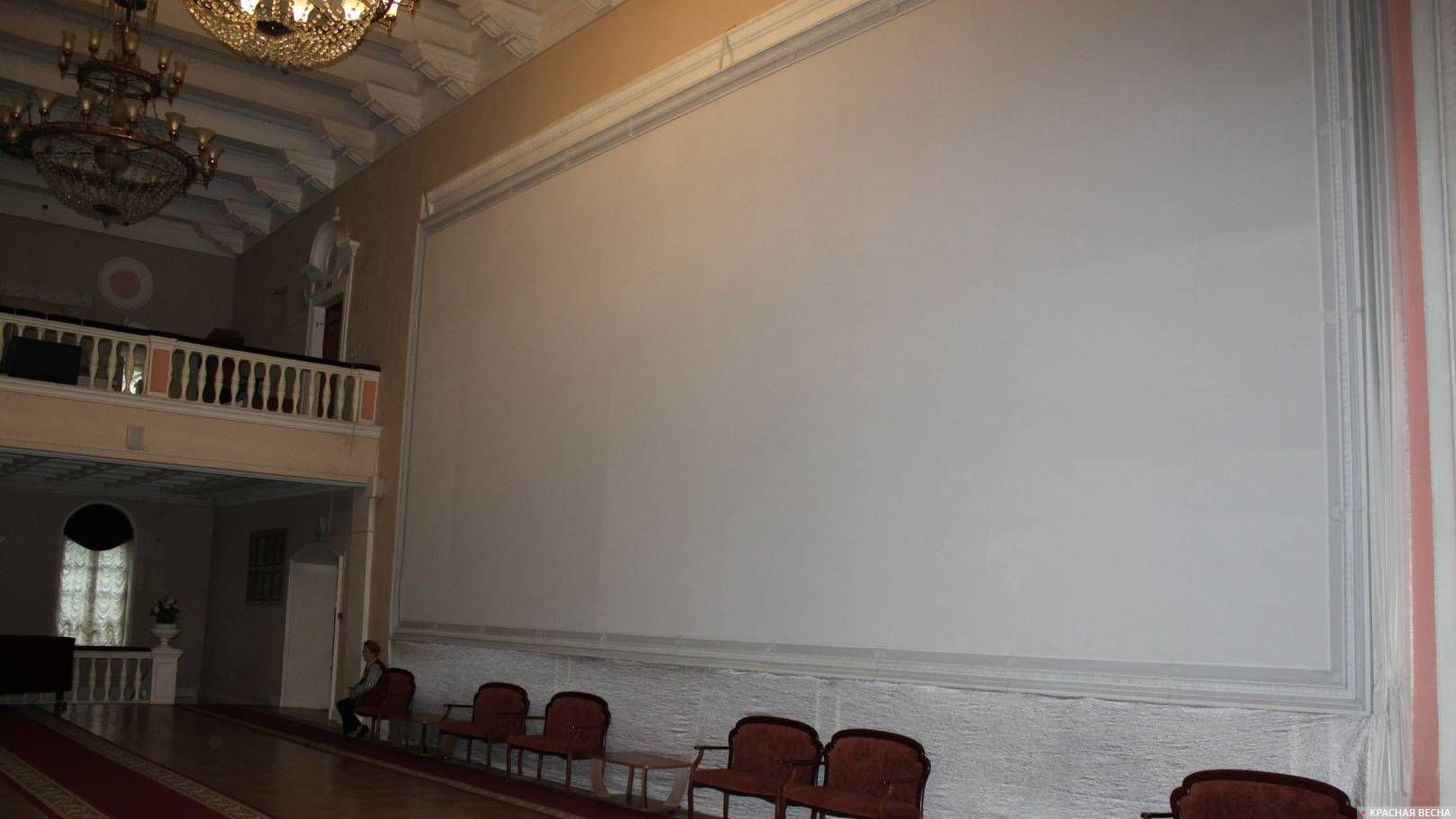 Монументальная роспись «Победа», задрапированная белым полотном