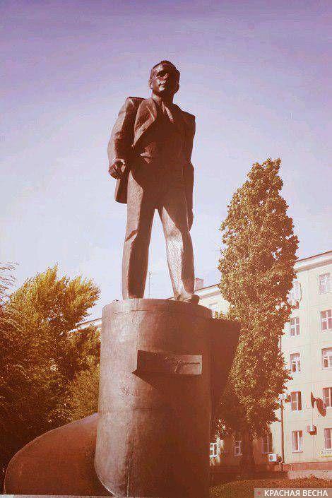 памятник Ю. А. Гагарину на Набережной Космонавтов г.Саратов