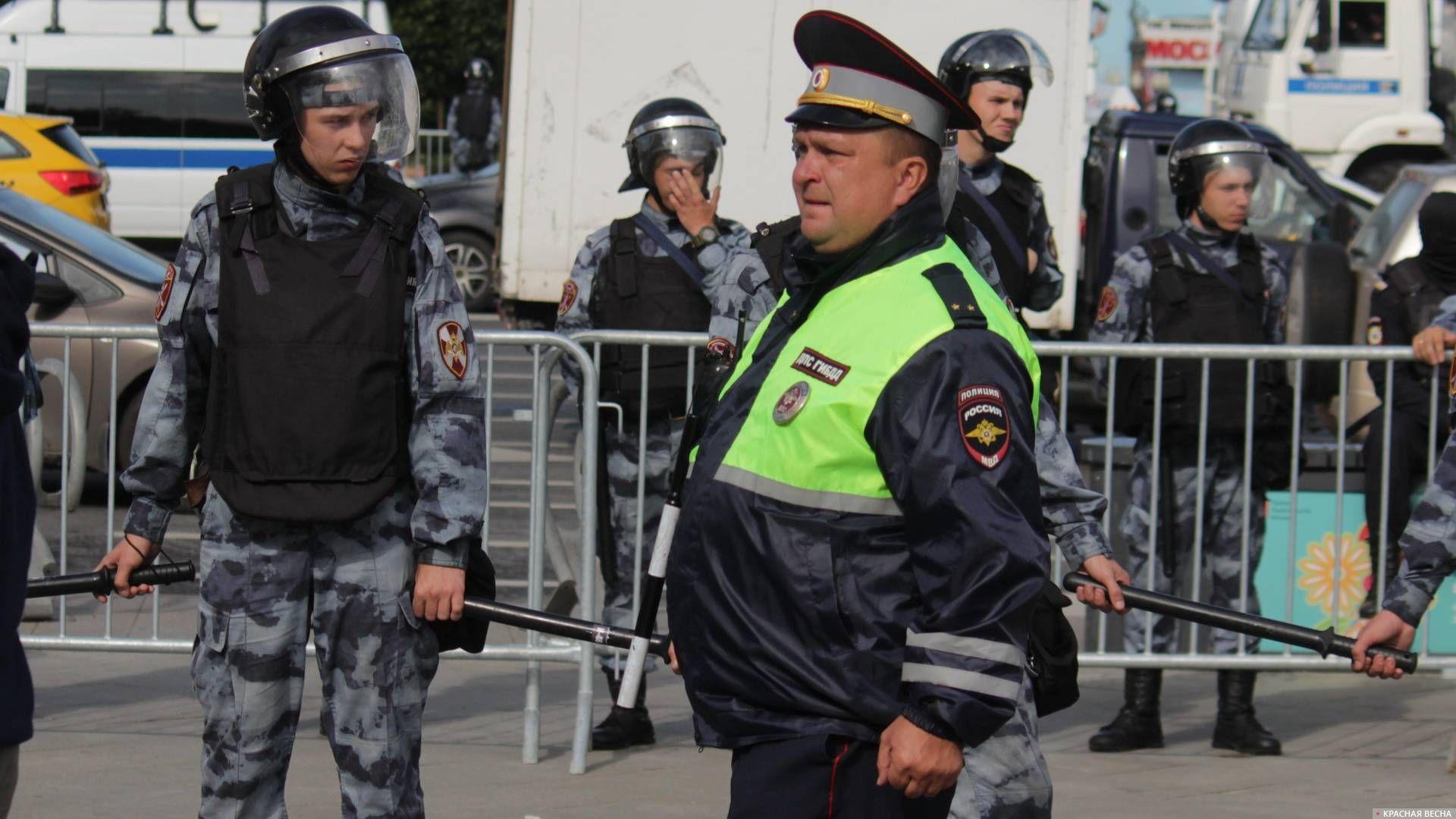 Офицер ДПС на фоне оцепления