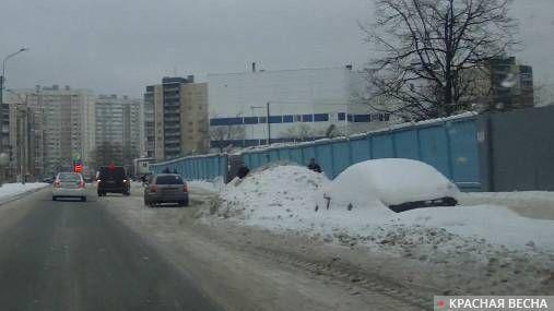 Санкт-Петербург. Не вывезенные кучи снега на обочине дороги на улице Потапова