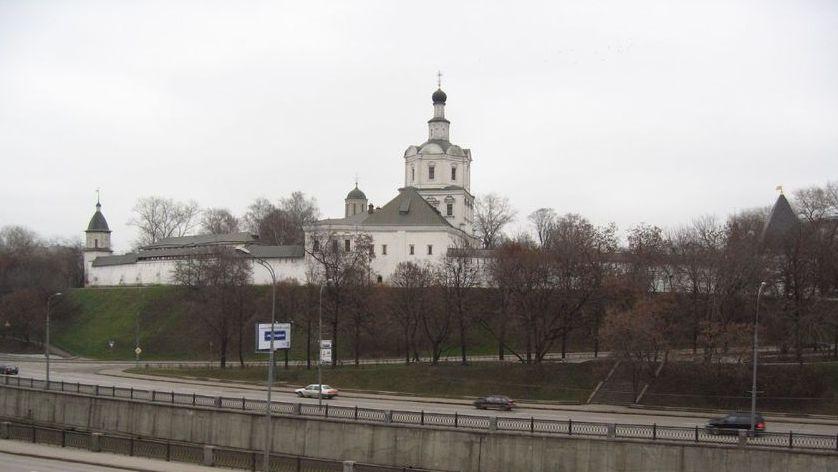 Вандалы повредили поклонный крест умосковского Андроникова монастыря