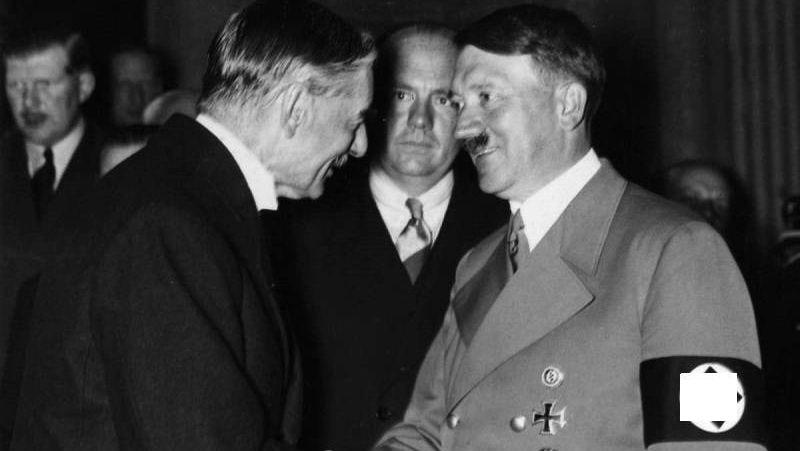А. Гитлер пожимает руку премьер-министру Великобритании Н. Чемберлену