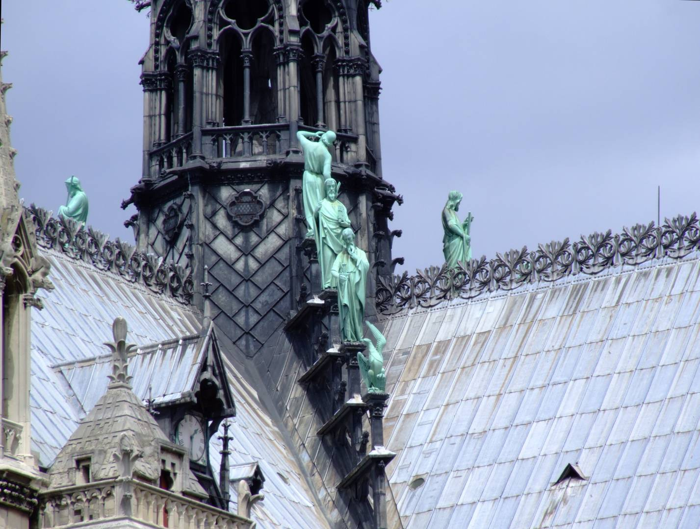 Три апостола и орел на юго-восточной крыше Собора Парижской Богоматери