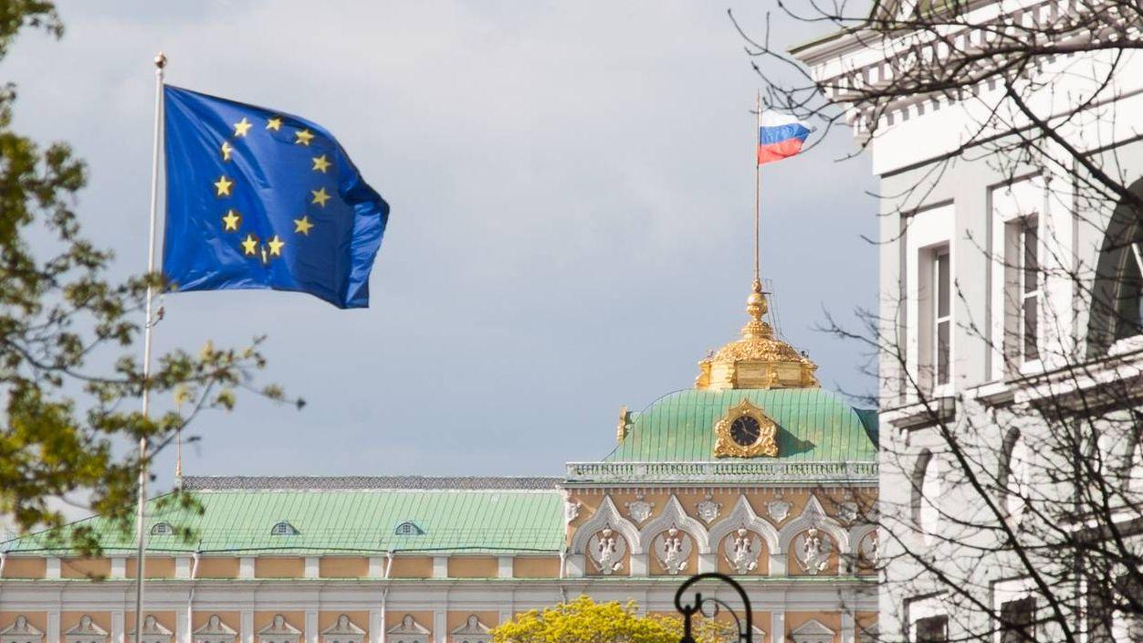 Флаг ЕС на фоне Кремля