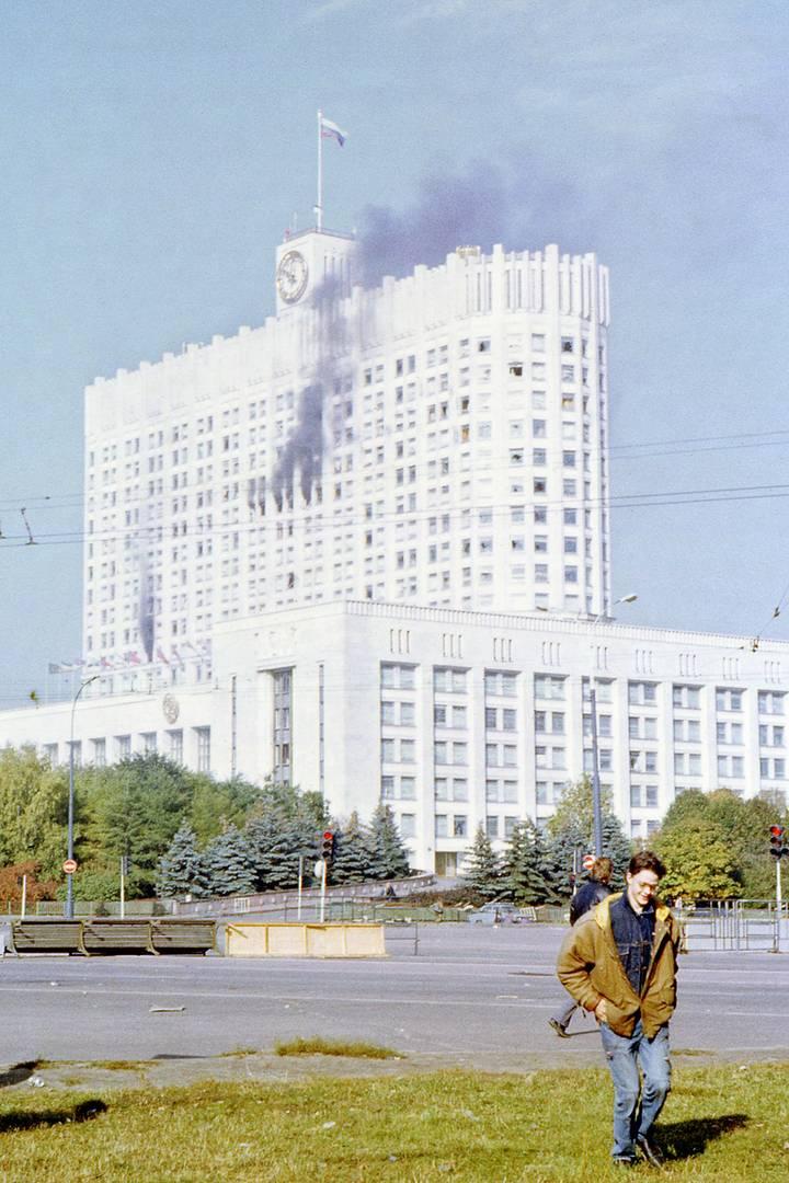 Горящий Дом Советов, 4 октября 1993 г. (Фото: bellabs.ru)