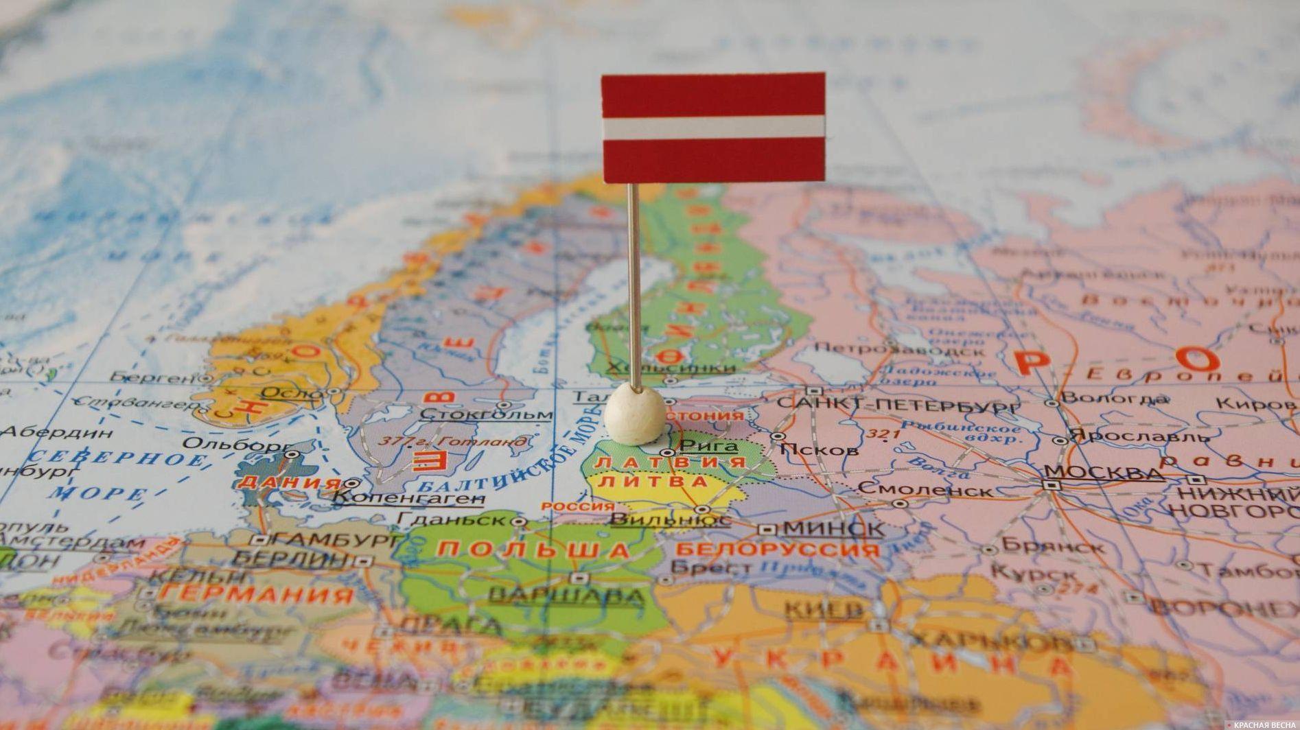 Латвия с флагом на карте мира