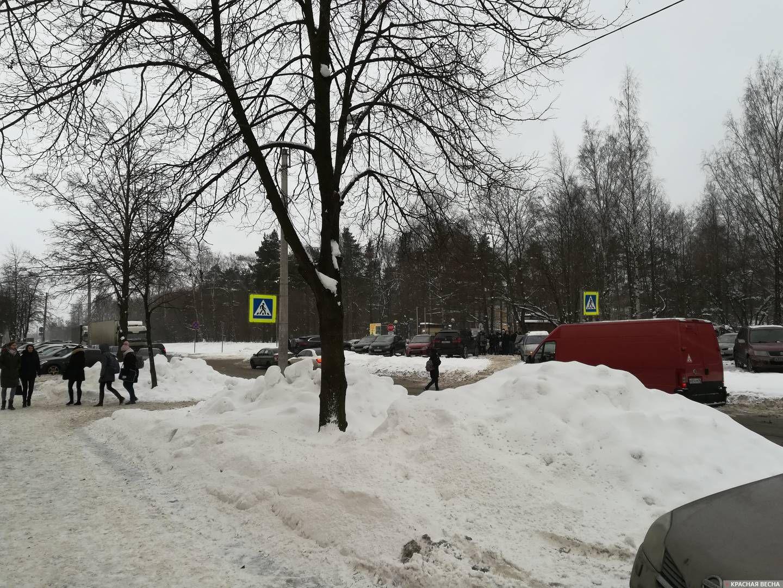 Санкт-Петербург. Горы неубранного снега на Гжатской улице