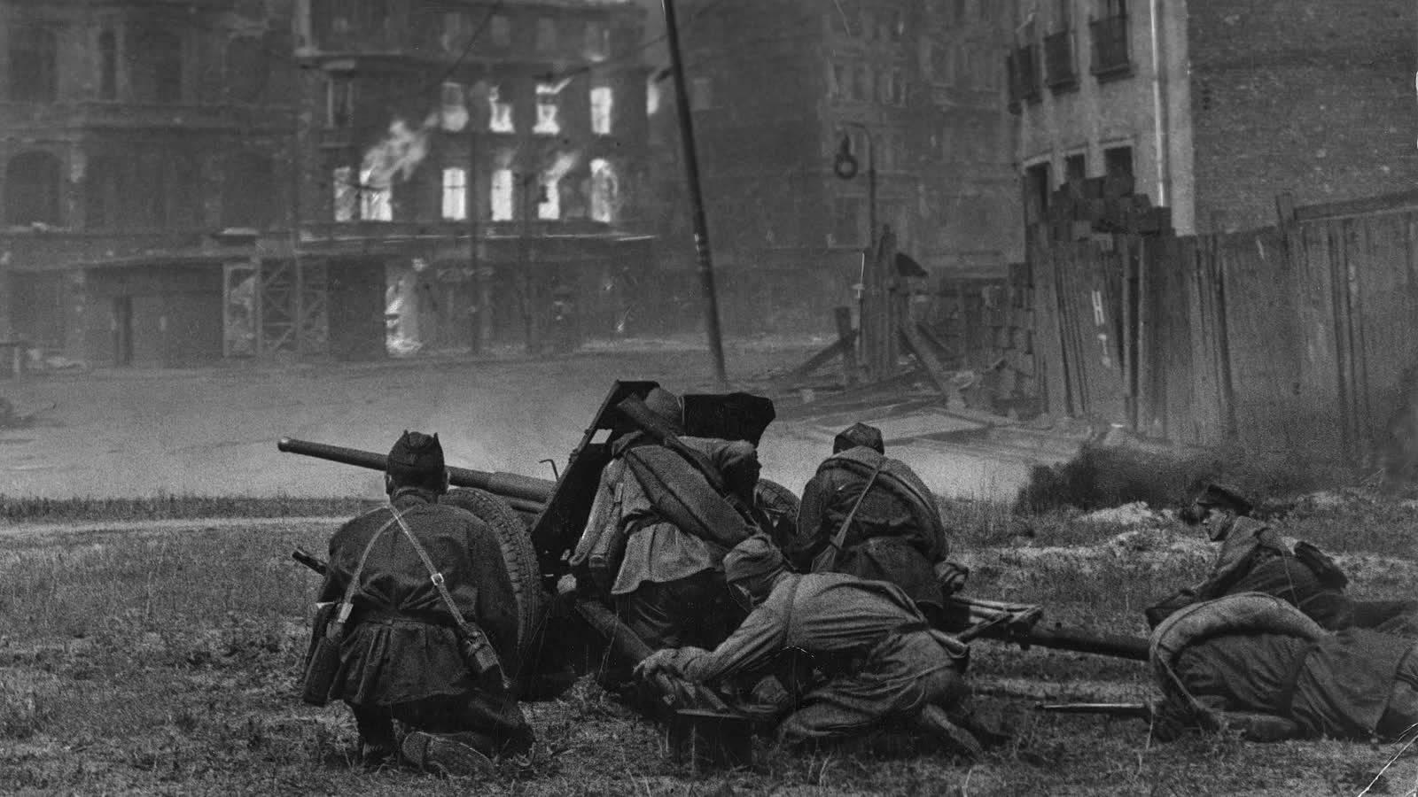 Советские бойцы ведут огонь из 45-мм противотанкового орудия образца 1942 года (М-42) на улице Берлина. Апрель–май 1945 г.