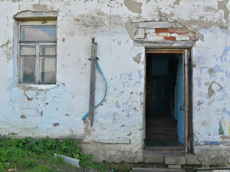 Крыльцо дома №4 в поселке Никольский Кусинского района