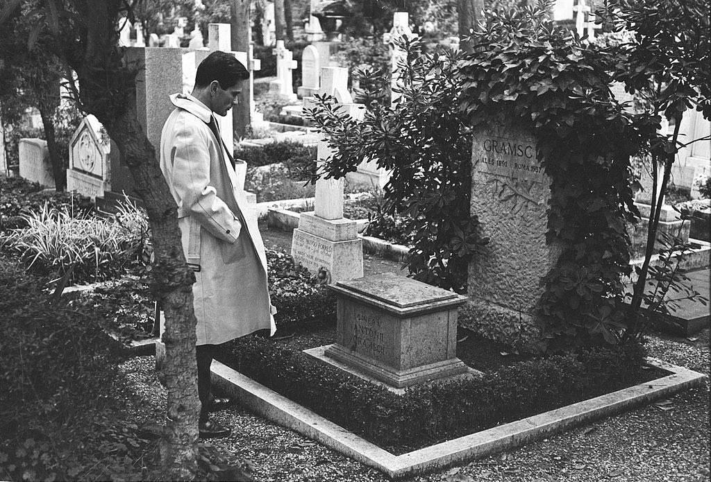 Пазолини у могилы Антонио Грамши