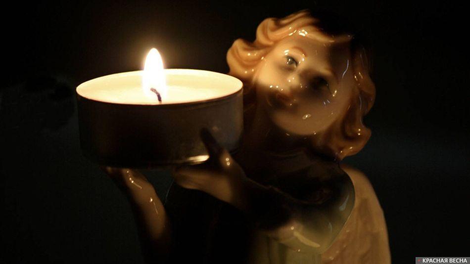 Свеча на фигурке ангела