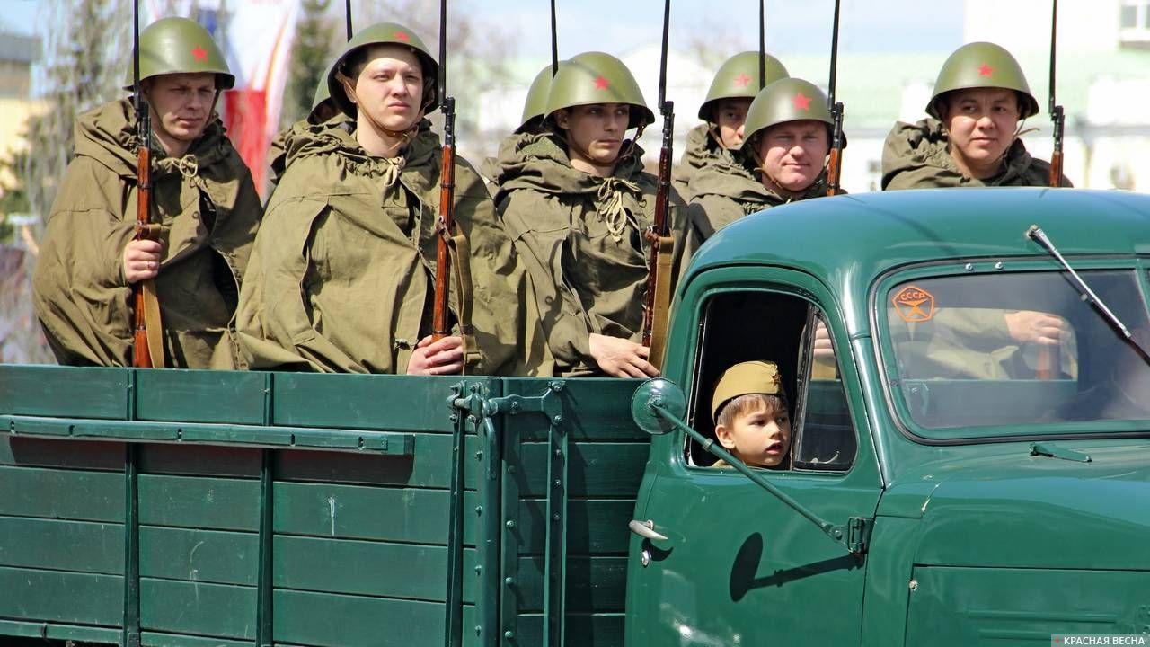 Солдаты в кузове автомобиля