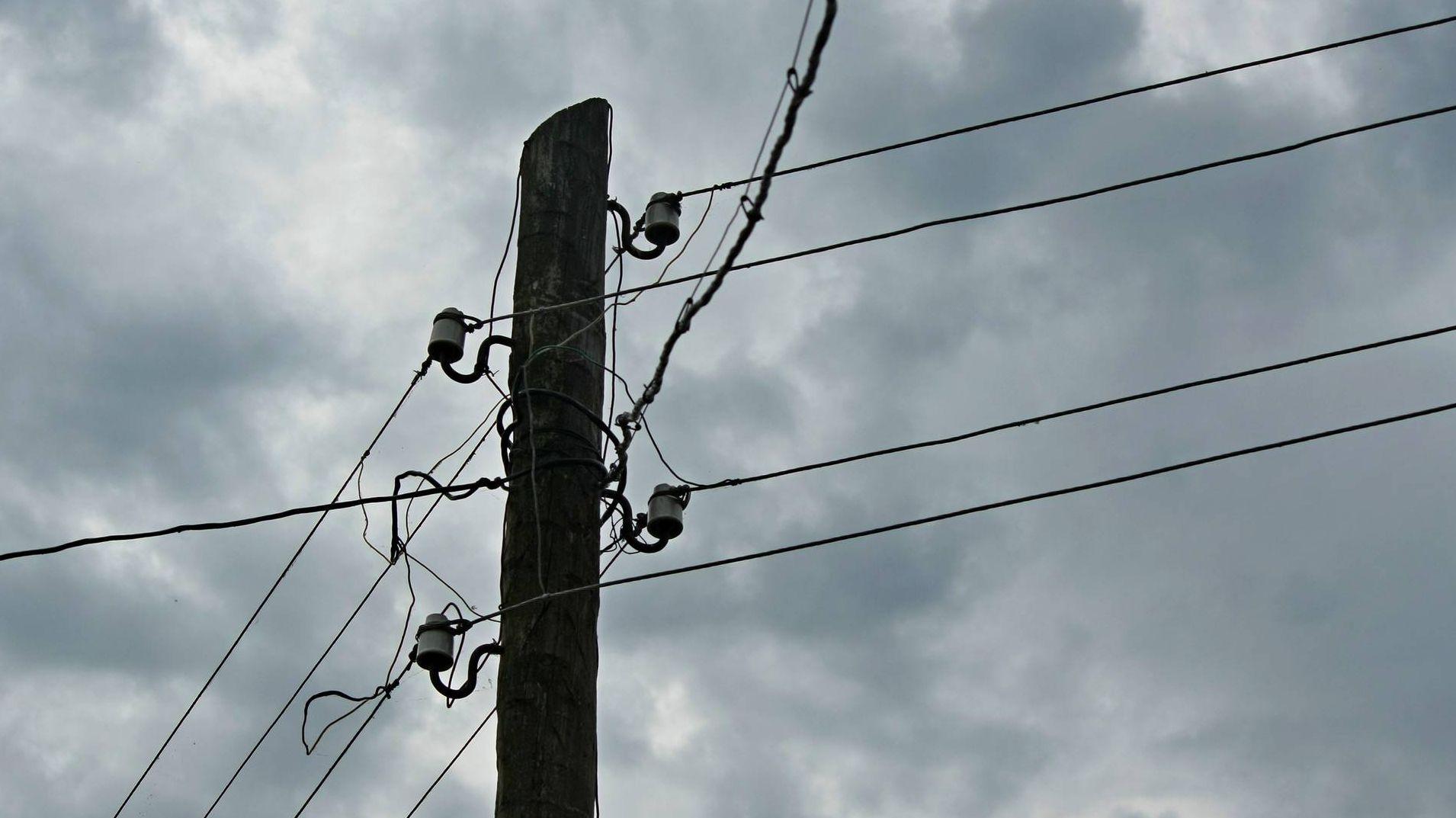 Столб с электрическими проводами