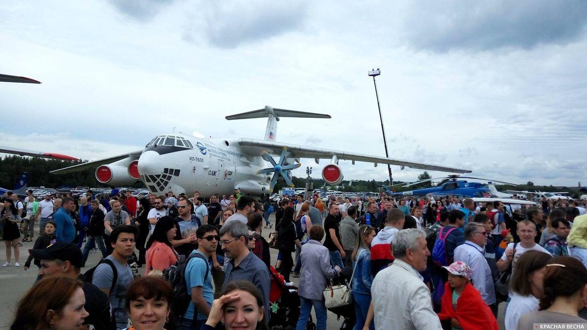 Посетители Международного авиационно-космического салона