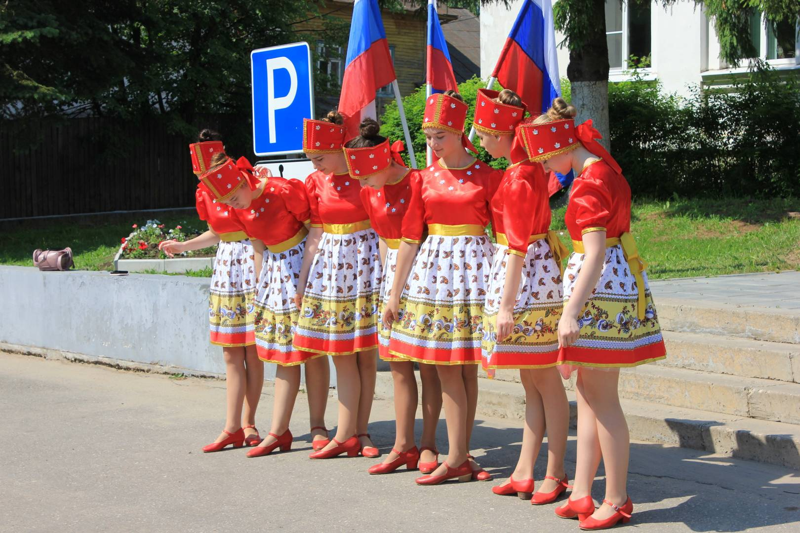 Танцоры фотографируются на празднике