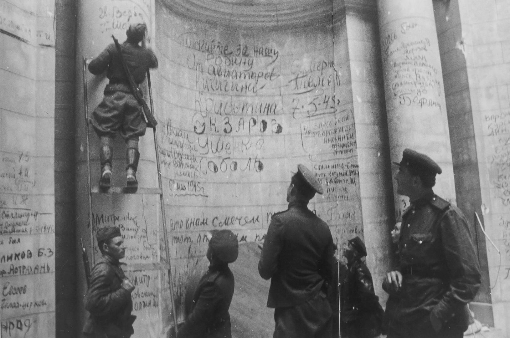 Советские бойцы и командиры оставляют победные надписи и свои фамилии на стенах Рейхстага. Май 1945