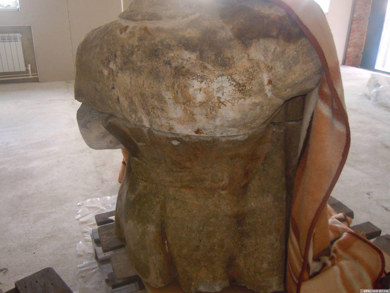 Верхние части памятника (вид сзади)