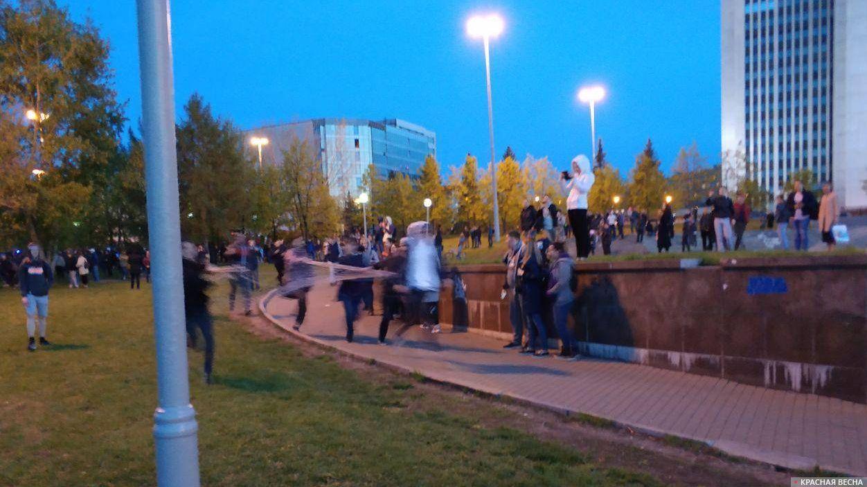Протест на Октябрьской площади в Екатеринбурге, 14 мая 2019. Секции забора выбрасывают в Исеть