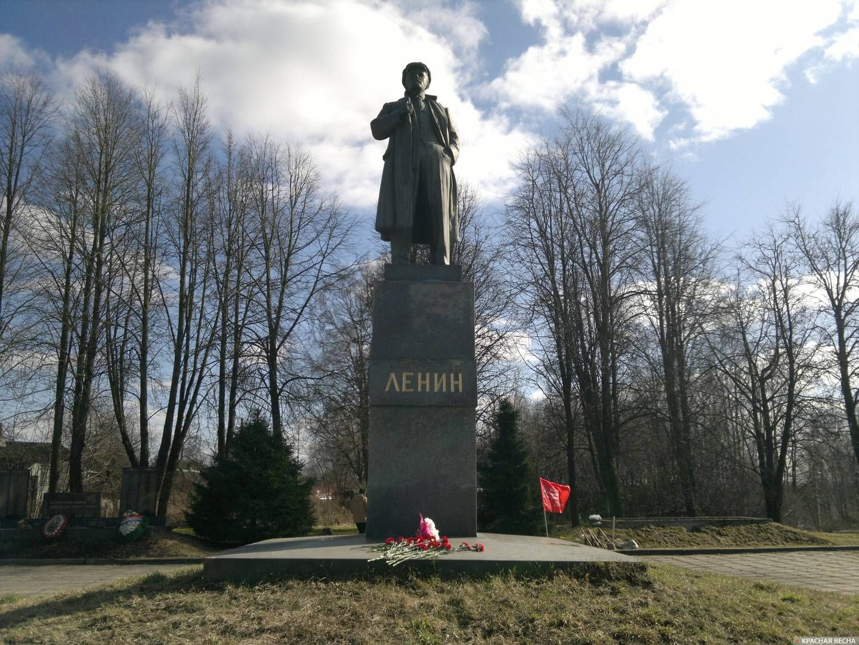 Памятник Ленину в поселке Парголово, Санкт-Петербург, 22 апреля 2018 года