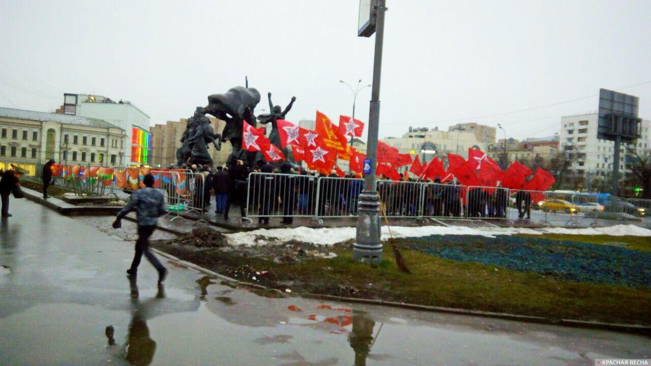 Митинг, приуроченный к 95-летию СССР. Москва .Площадь у памятника героям революции 1905 года