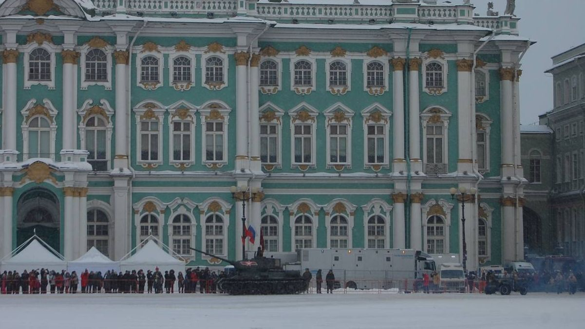 Прохождение по Дворцовой площади военной техники времен Великой Отечественной войны