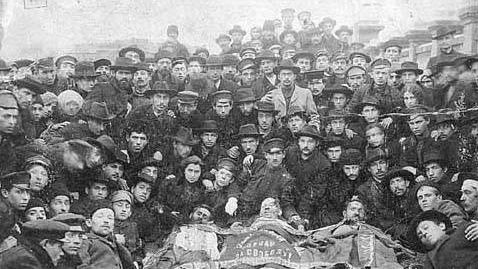 Революционеры евреи рядом с телами трёх своих товарищей, убитых в Одессе во время Революции 1905 года
