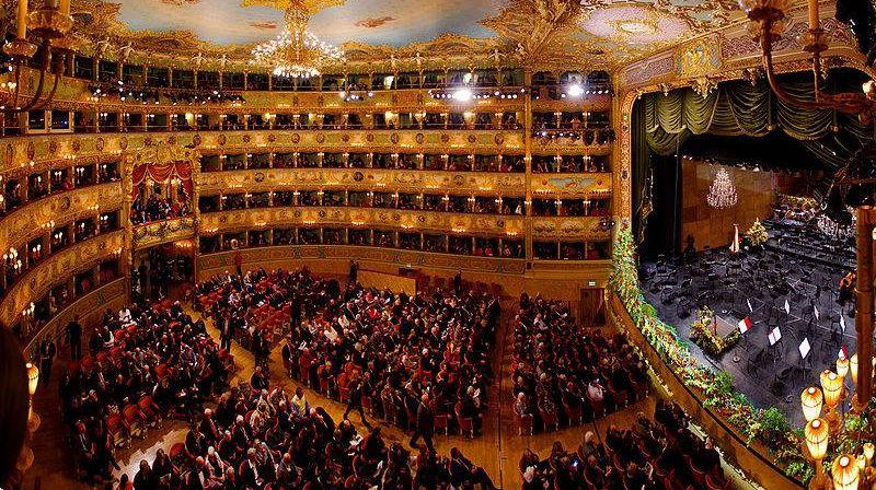 Панорама интерьера театра Ла Фениче