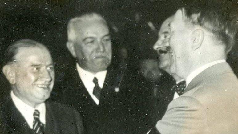 Премьер-министр Франции Э.Деладье(слева) и Адольф Гитлер(справа)