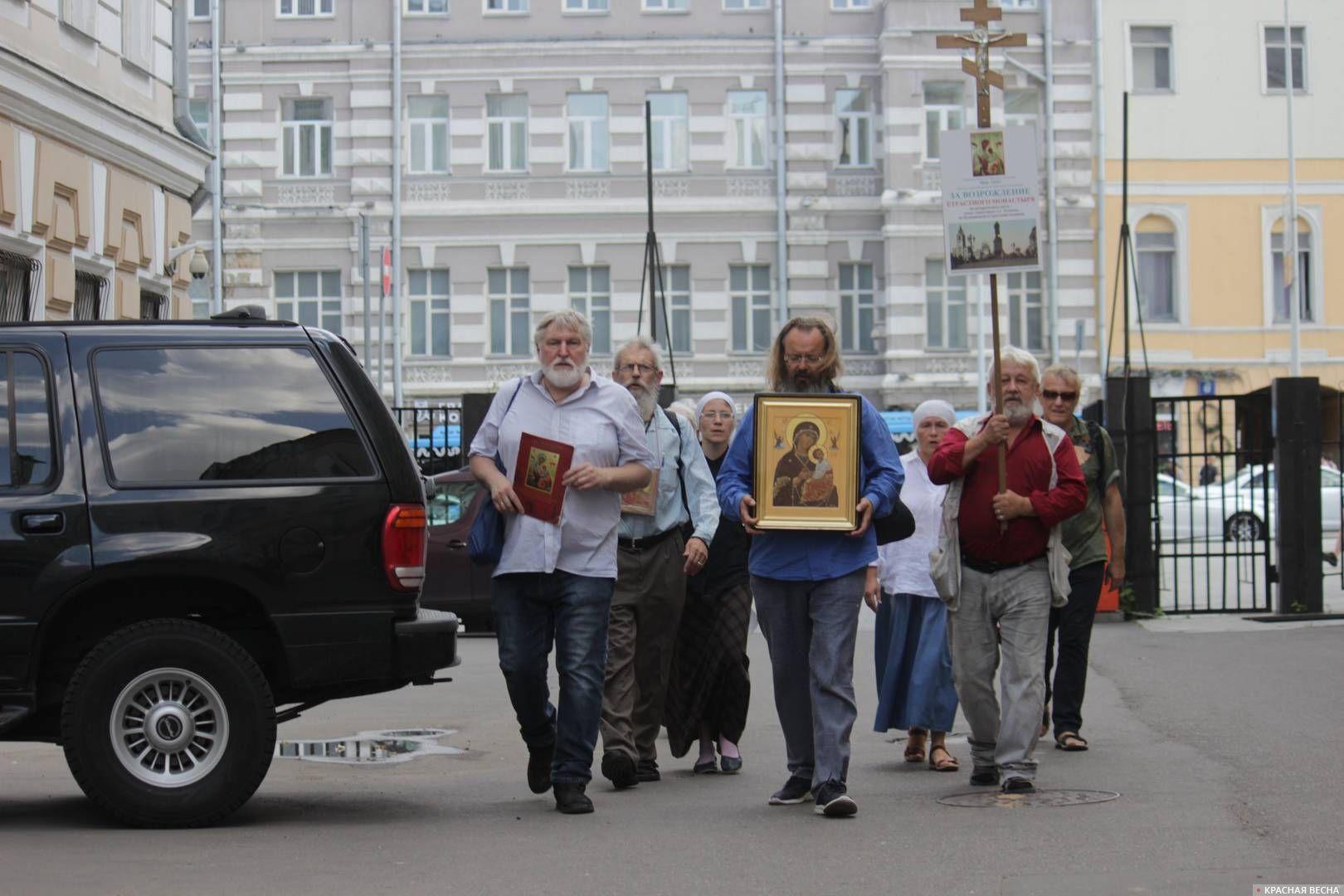 Крестный ход возле кинотеатра «Россия»