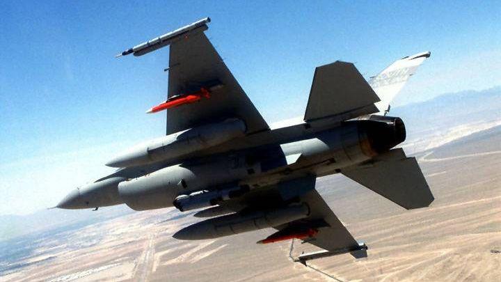 F-16 с двумя ADM-160A (красные)