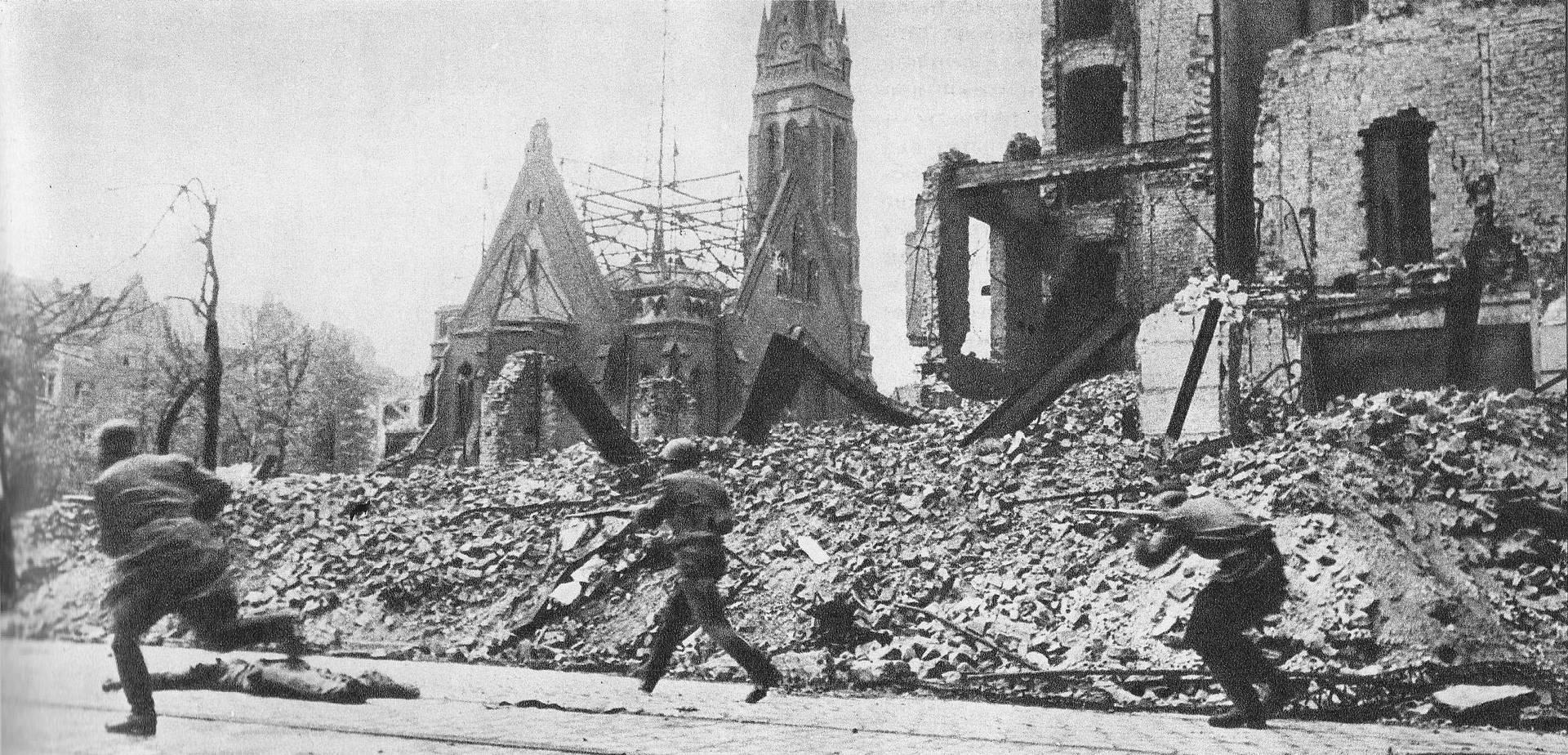 Владимир Гребнев. Красноармейцы бегут мимо разрушенной церкви на улице Берлина. Апрель 1945