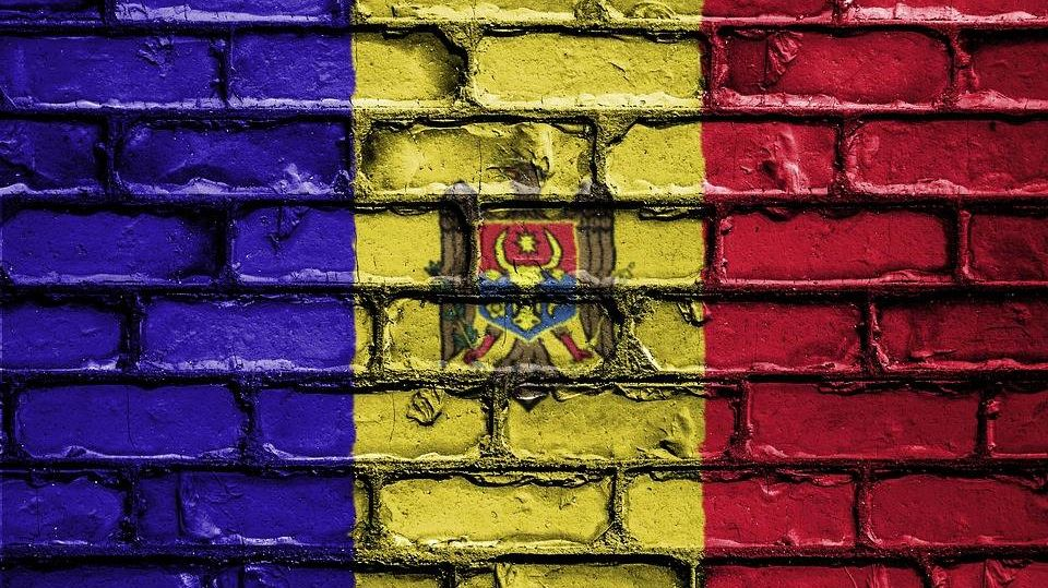 Флаг Молдавии на фоне стены
