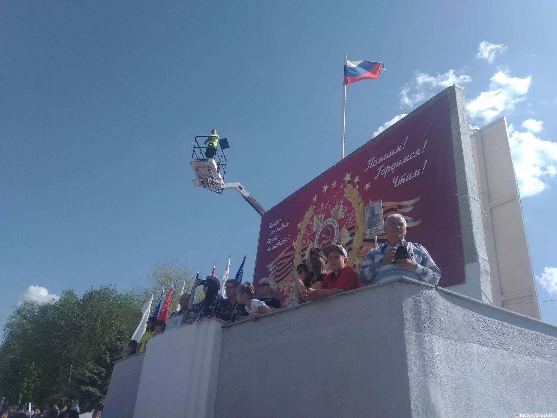 Энгельс: Барельеф с изображениями Маркса, Энгельса и Ленина задрапирован