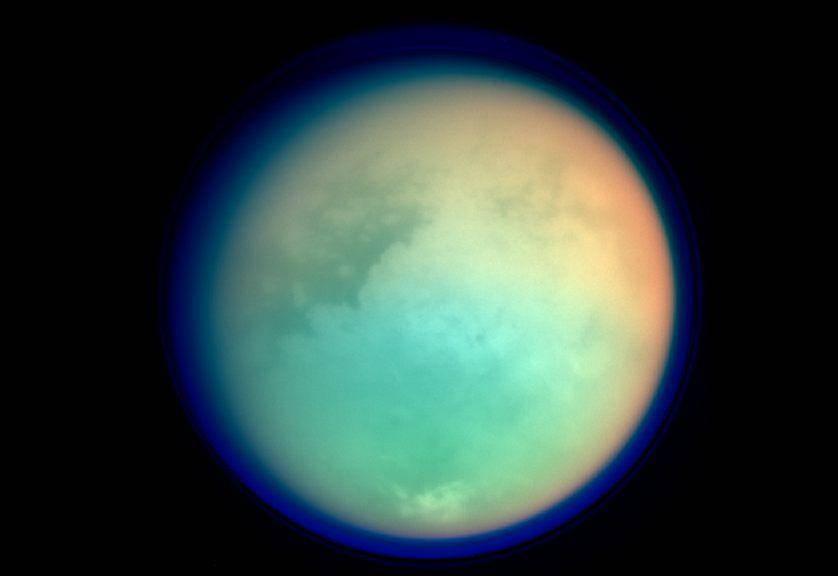 Мультиспектральный снимок Титана. Светлая область в центре — «материк» Ксанаду