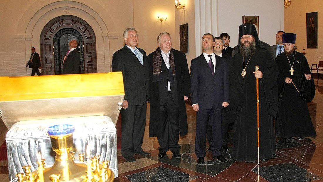 Митрополит Кирилл (второй справа)