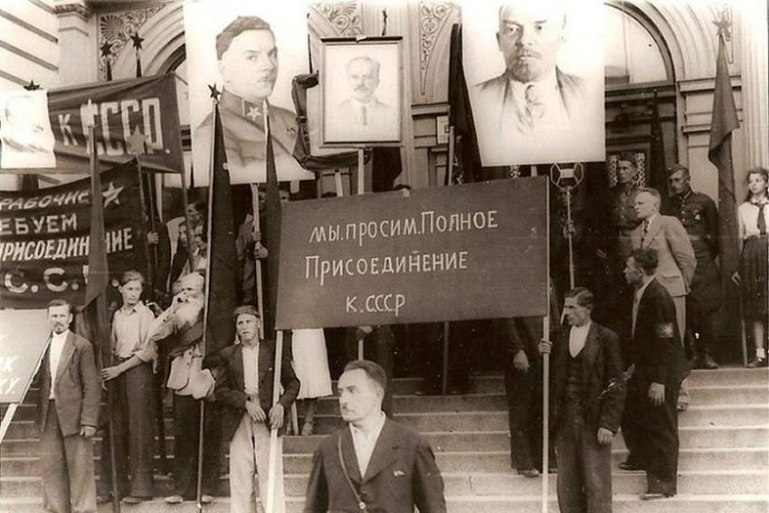 Рижане с плакатами о просьбе присоединения к СССР (июнь 1940 года)