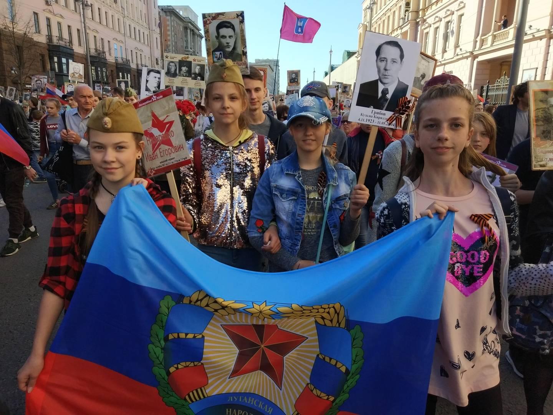 Школьники из ЛНР идут в шествии Бессмертный полк