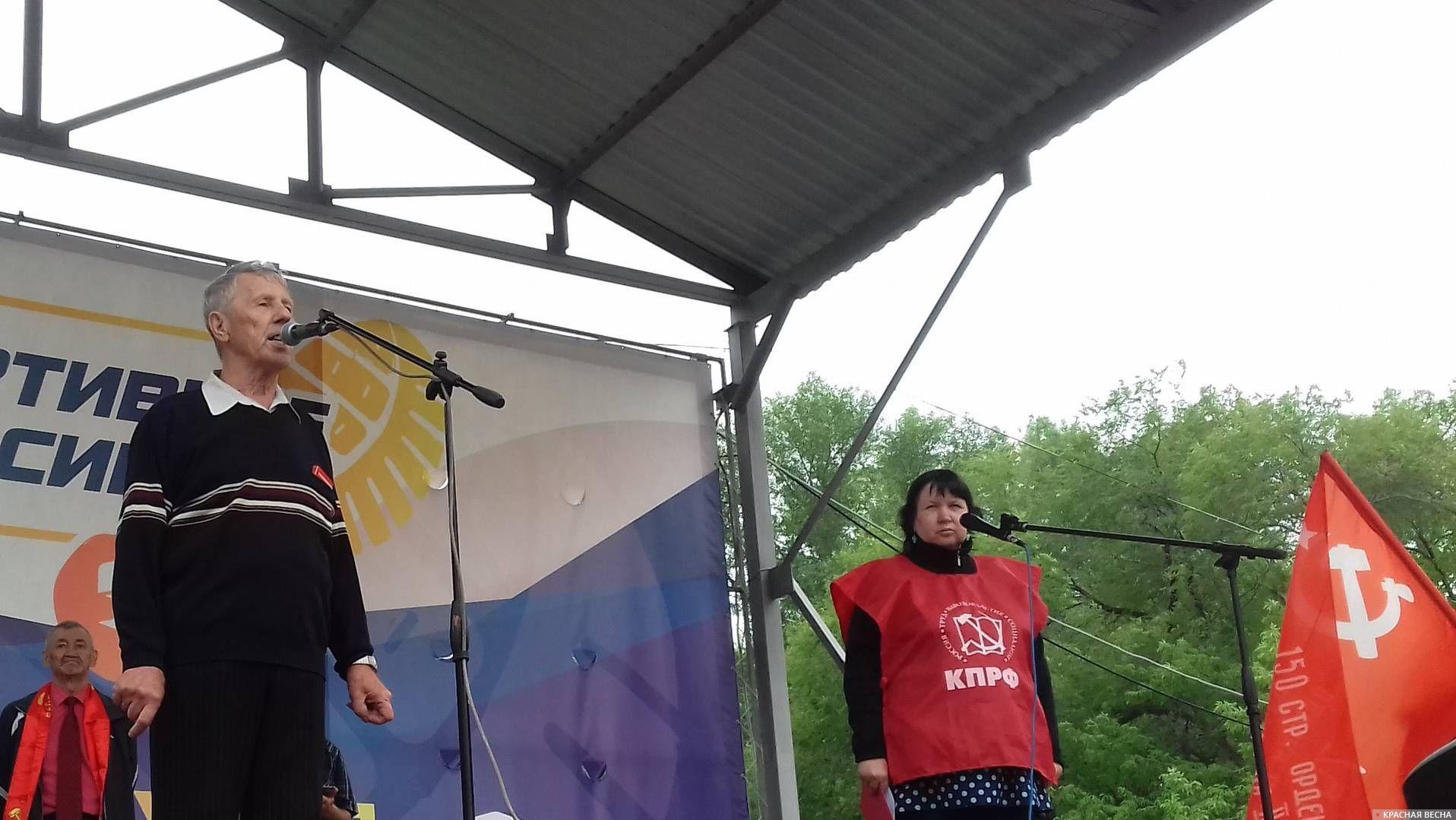 Юрий Мамонтов (слева у микрофона)