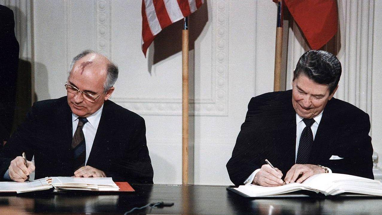 Подписание ДРСМД президентами СССР и США