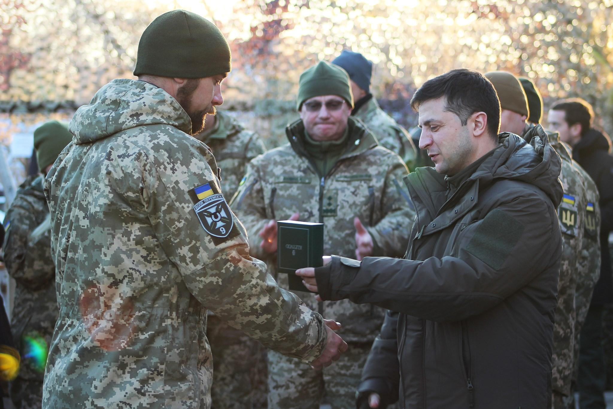 Награждение Зеленским солдата ВСУ на передовой 7 декабря 2019 г.