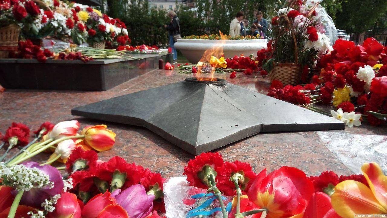 Памятный огонь зажгли в День Победы у памятника медицинским работникам, погибшим в годы Великой Отечественной войны 1941–1945 гг. г.Калуга.