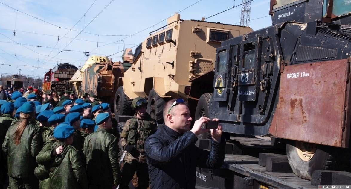 Бойцы одного из ярославских военно-патриотических объединений осматривают трофеи
