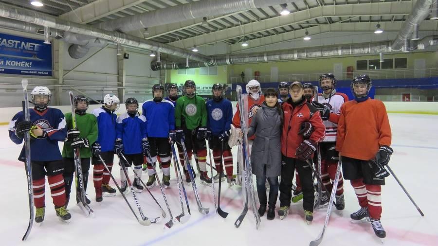 Юные хоккеисты Донбасса получили новые клюшки от РВС