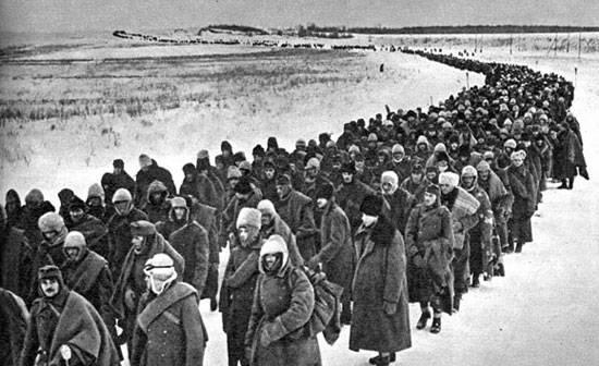 Колонна немецких и итальянских военнопленных под Сталинградом